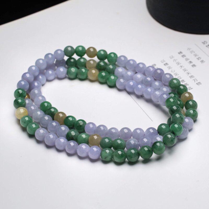 三彩翡翠珠链。共110颗珠子,取其中一颗珠尺寸大约6.7mm,清秀高雅,实物漂亮,有天然杂质,佩戴