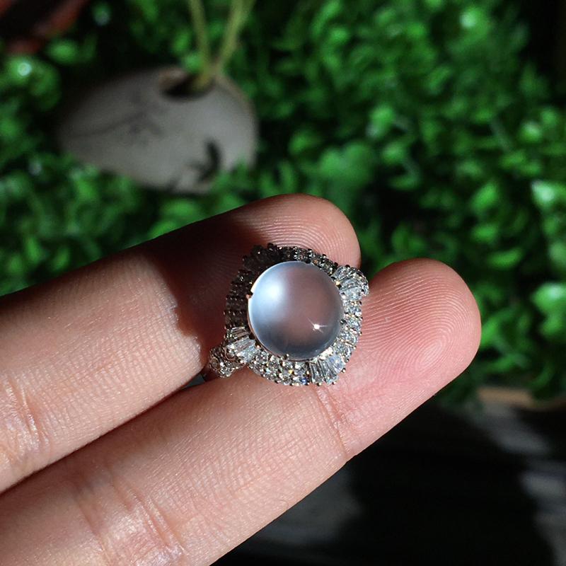 18k金伴钻镶嵌玻璃种蛋面戒指,简单大方,细腻冰透起光,种老水足,纯净无暇,佩戴精致时尚,裸石:9*