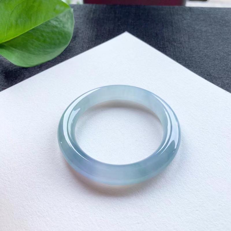 老坑冰紫圆条手镯,尺寸51*9.5*10 老坑种水,纯净细腻,通透明亮,水润光泽,胶润无比,淡雅清新
