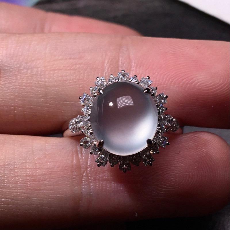 严选推荐老坑玻璃种翡翠大蛋面女戒指,裸石饱满圆润,品相很好,18k金钻豪华镶嵌而成,佩戴效果出