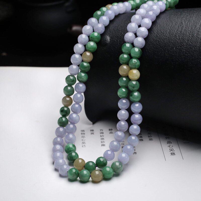 三彩翡翠珠链。共110颗珠子,取其中一颗珠尺寸大约6.7mm,清秀高雅,实物漂亮,有天然杂质,佩戴效果优雅端庄,配珠为饰品珠。