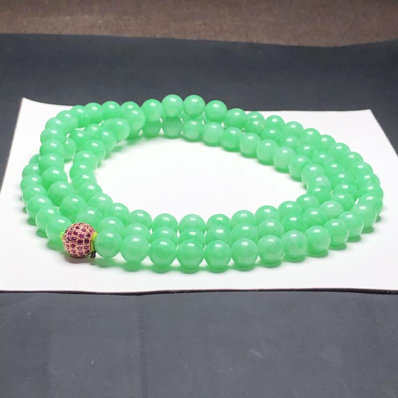 糯种果绿翡翠珠链项链,108颗,直径8.2毫米,质地细腻,水润光泽,隔珠是装饰品,A031DEO