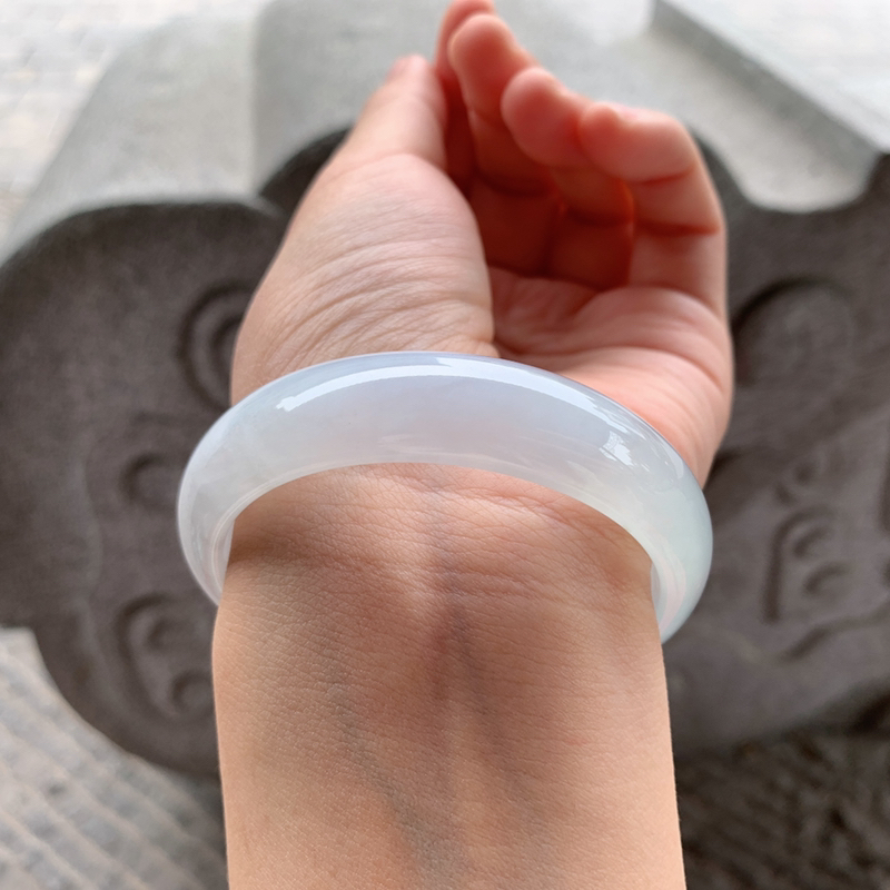 56圈口 糯化正圈手镯 尺寸:56/14/7.2。种水好的部位特别的冰透、起荧光、纯纯的种水、温婉大方。