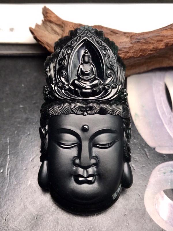 大师工🙏🙏传世珍品,工艺美仑美奂的墨翠观音圣像。黑亮闪耀,细腻的程度无可挑剔,黑度上佳。更为出色的是