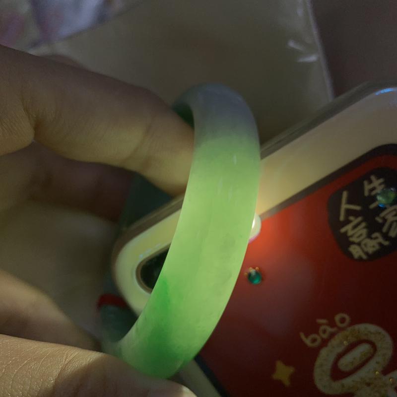 57-58圈口 飘绿正圈手镯 尺寸:57.8/13.8/7.8。微纹、瑕不掩玉。翠色鲜艳诱人、很细腻、上手效果好。