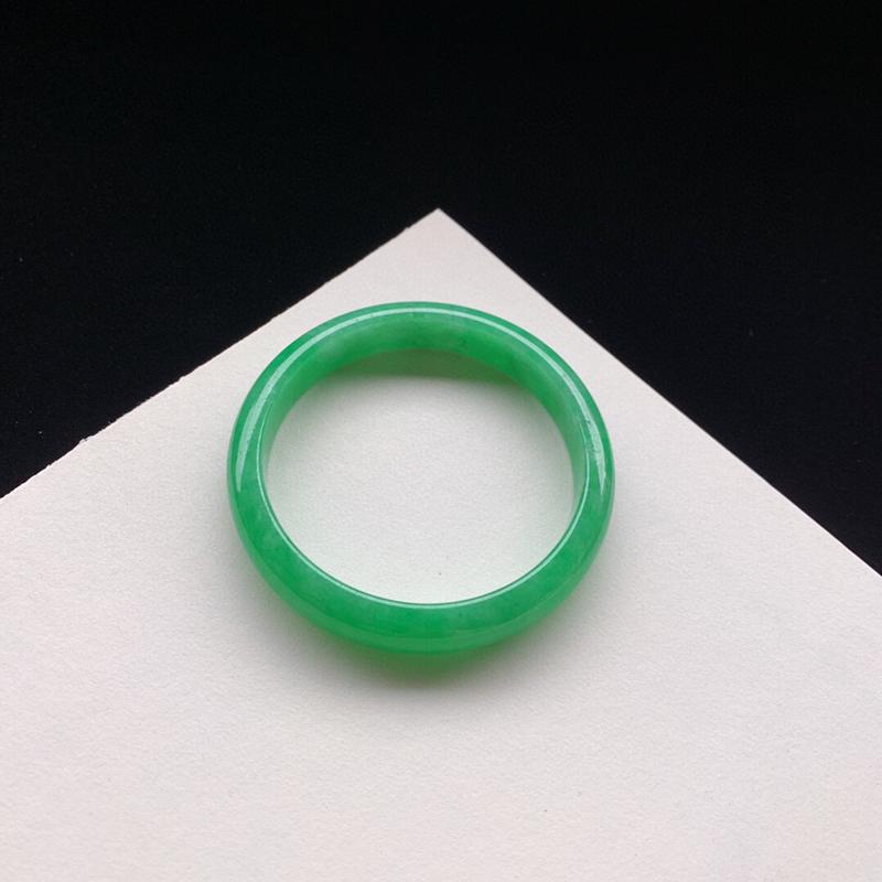 优雅满绿正圈手镯54.1mm质地细腻,种好水润,清秀高雅, 佩戴效果优雅迷人