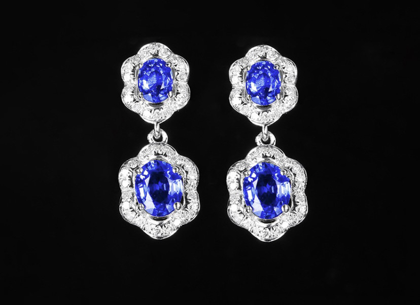 18k金镶蓝宝石耳钉 宝石参数:1.62ct  配石:钻石80颗,总重2.00克