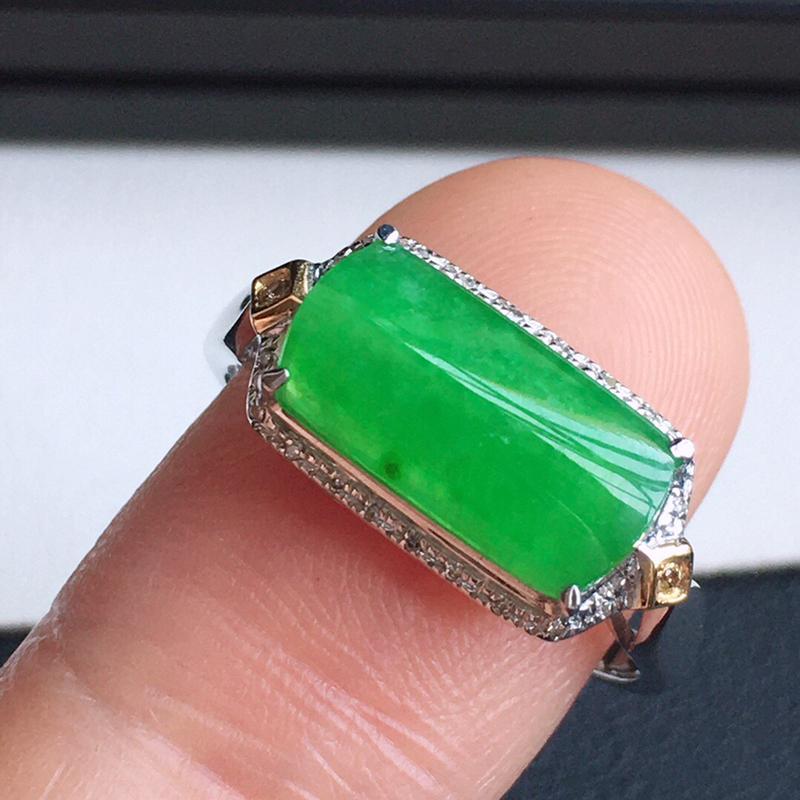 精品翡翠镶18K金伴钻戒指,玉质莹润,佩戴效果更美,商品尺寸:内径:17MM,玉:12.1*6.3*