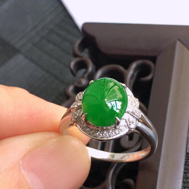 18K金伴钻镶嵌翡翠满绿蛋面戒指,种水好玉质细腻温润,颜色漂亮。裸石尺寸:9.7*7.9*3.3mm