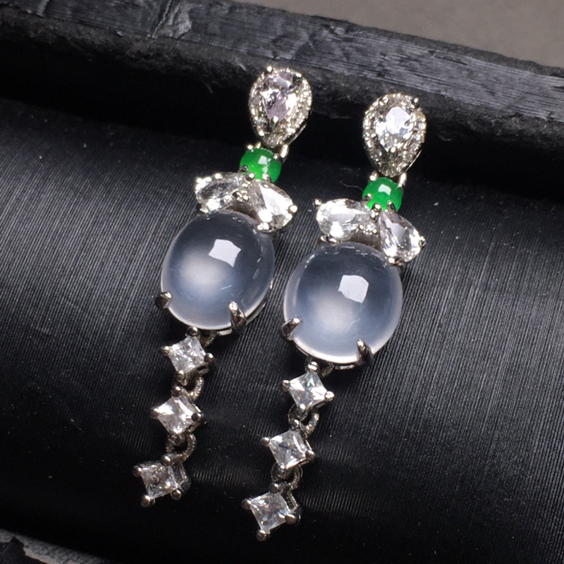 冰种蛋面翡翠耳环,种老水润,款式精美,饱满圆润,性价比高,裸石尺寸:6.5-5.3-3.5整体尺寸: