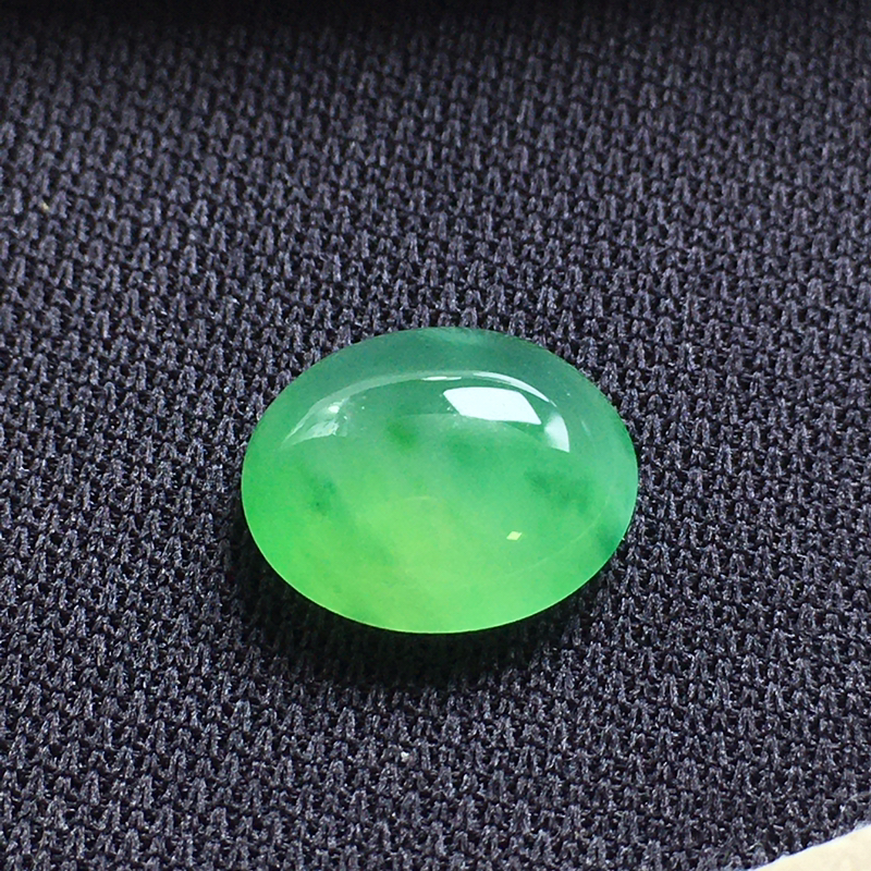 冰绿蛋面裸石,底子细腻,色泽漂亮,无裂,干净起光,饱满圆润。尺寸:11.7-10.3-5.0