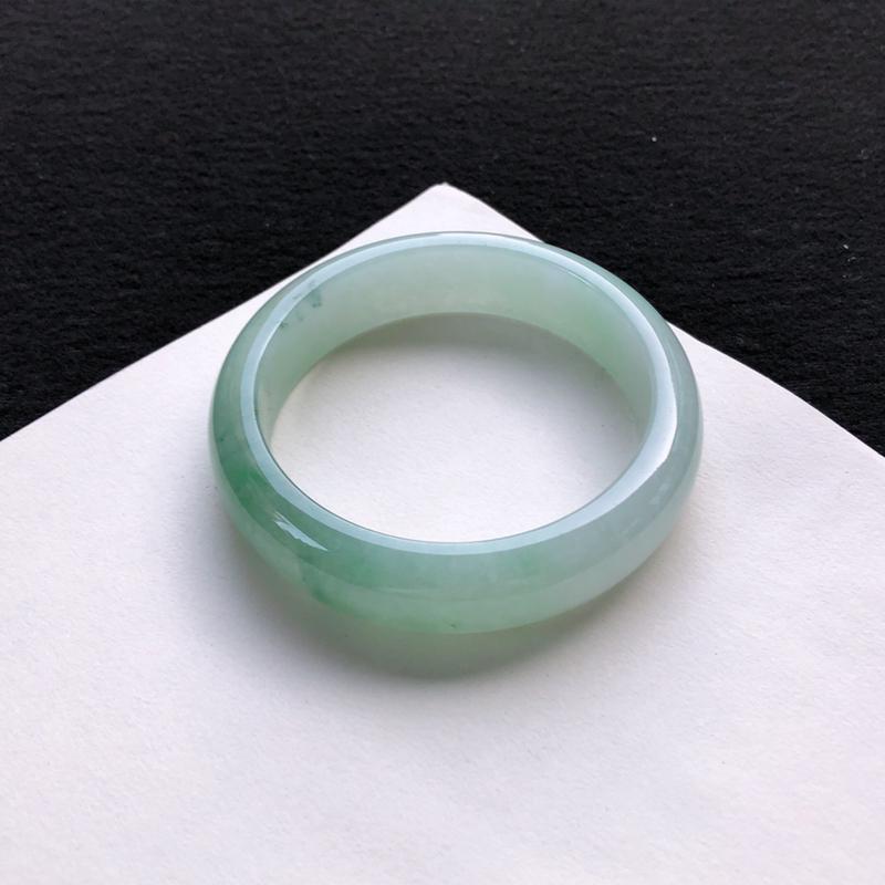 优雅双彩正圈手镯54.4mm质地细腻,种好水润,清秀高雅, 佩戴效果优雅迷人