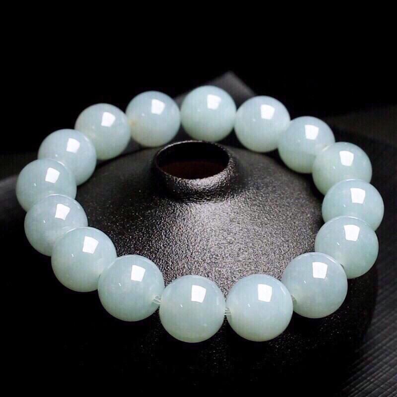 翡翠圆珠手串,共16颗珠子,取其中一颗珠尺寸大约13.5mm,亮丽秀气,玉质莹润。有天然黄点。上手