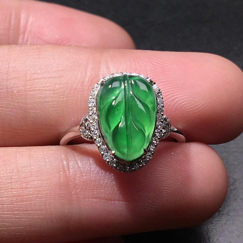 严选推荐老坑冰种满绿色戒指,老坑料子,种水上乘,肉质水润细腻,晶体结构致密,起强玻璃光泽。颜色