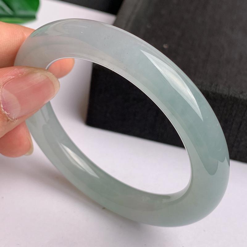 缅甸a货翡翠,水润圆条手镯55.2mm,玉质细腻,水润透亮,圆润秀气,条形大方得体,佩戴效果好