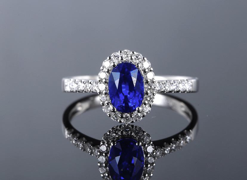 18k金镶皇家蓝蓝宝石戒指 宝石参数:1.30ct  配石:钻石26颗,总重2.29克,圈口:14号