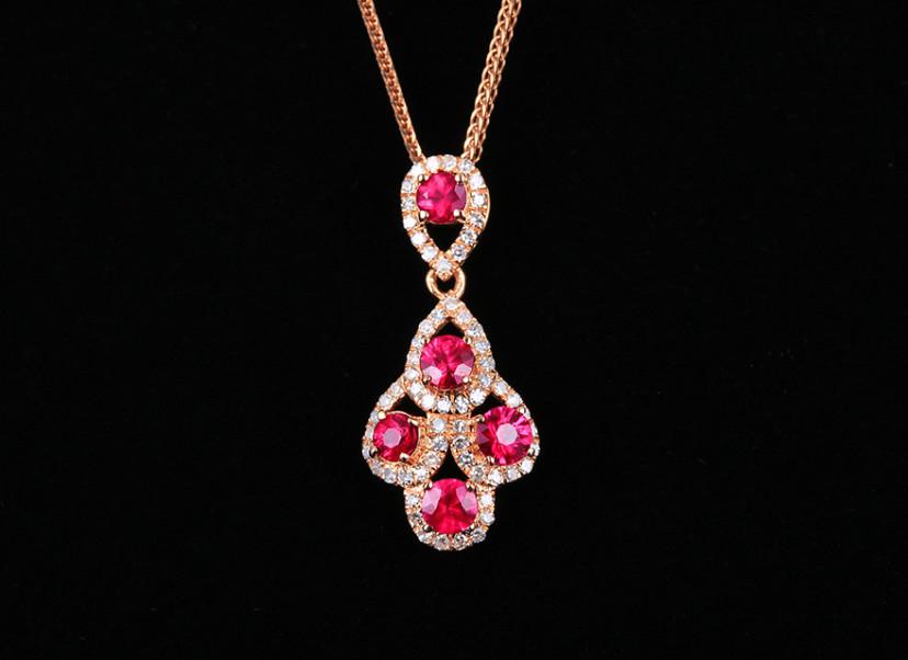 18k金镶红宝石吊坠 宝石参数:0.65ct  配石:钻石63颗,总重1.16克,送18k金链