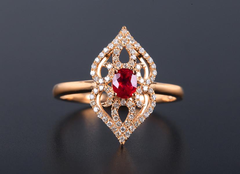 18k金镶红宝石戒指 宝石参数:0.40ct  配石:钻石74颗,总重1.92克,圈口:14号(可改