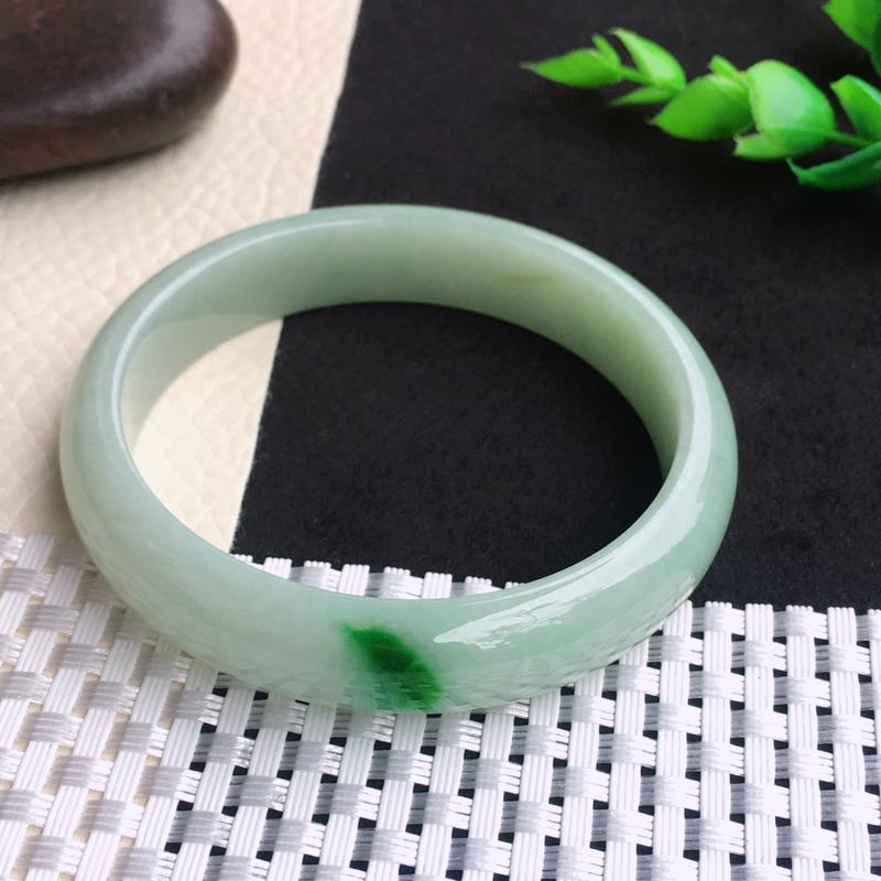 老坑飘绿59.1mm宽边玉镯 玉质细腻温润 色泽显眼 佩戴效果漂亮迷人!尺寸,59.1*12.4*6