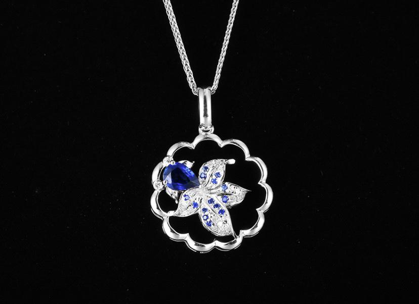 18k金镶蓝宝石吊坠 宝石参数:0.55ct  配石:钻石25颗,总重1.82克,送18k金链