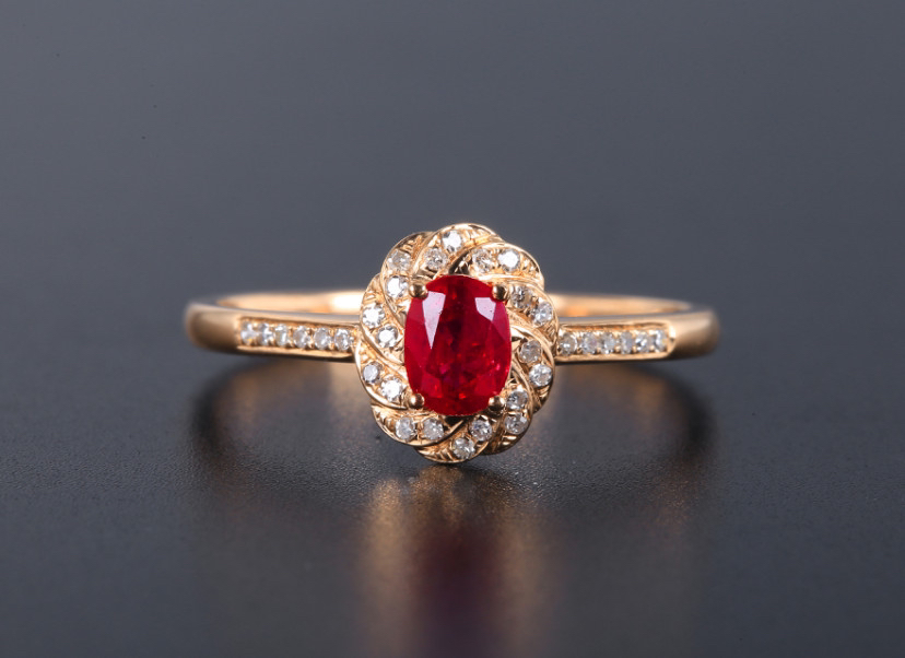 18k金镶红宝石戒指 宝石参数:0.53ct  配石:钻石32颗,总重1.73克,圈口:13.3号(