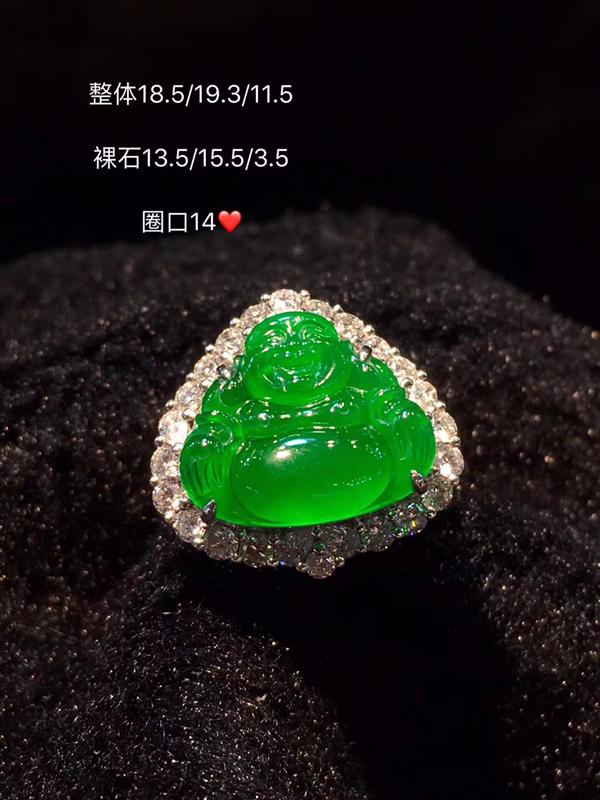 看到它不由得想说 我的天啊 绿色达到高冰种阳绿佛公戒指 种色兼备,这样品质的佛公,佩戴不仅仅的首饰,