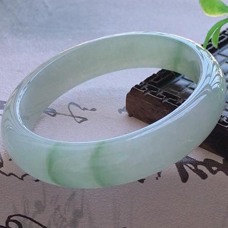 天然A货翡翠糯化种飘绿贵妃玉手镯,水润秀丽,飘绿优雅,种水十足,视觉甜美可人,恰到好处的美,十分