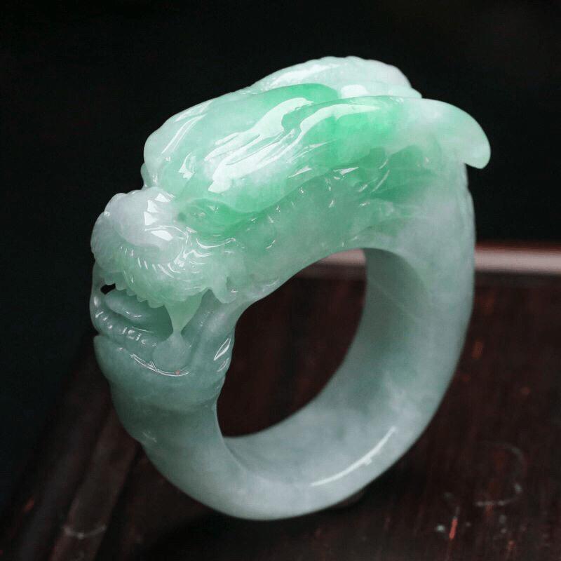 清秀高雅龙翡翠戒指,霸气大方,雕工精细,佩戴效果时尚端庄,尺寸22*12.2*14mm,指圈内径2