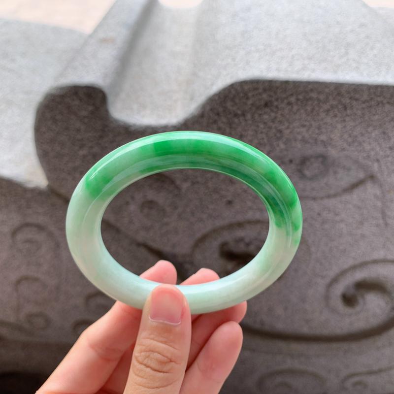 🍃56-57圈口 阳绿色圆条手镯 尺寸:56.5/10.5/10.8。鲜艳诱人的半圈翠绿色,绿意盎然