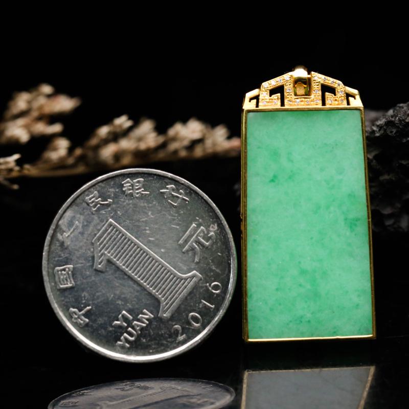 18K金镶嵌伴钻无事牌翡翠吊坠,款式简约,色泽清新,有天然杂质,佩戴上身优雅漂亮,裸石尺寸29.1*15.6*3.4mm含金尺寸38*17.1*4.2mm。