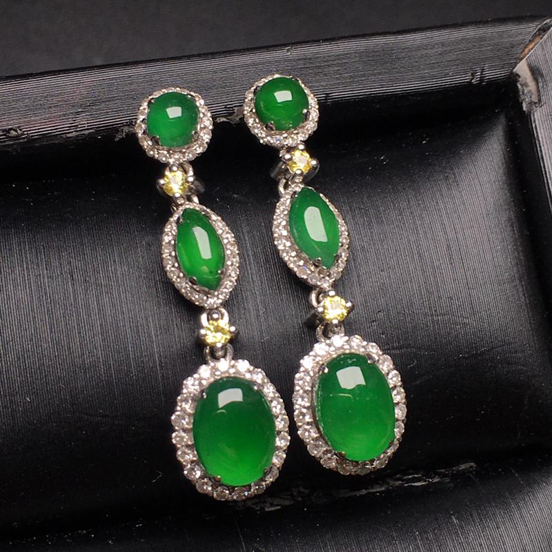 满绿三合一翡翠耳环,水润,色泽鲜艳,款式精美,饱满圆润,裸石尺寸:6.8-5.2-3.2整体尺寸:2