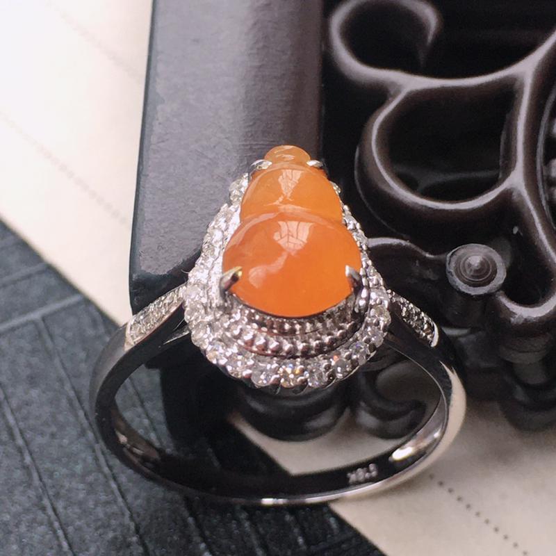 18K金伴钻镶嵌翡翠黄翡葫芦戒指,种水好玉质细腻温润,颜色漂亮。裸石尺寸:9.1*6.2*3.0mm