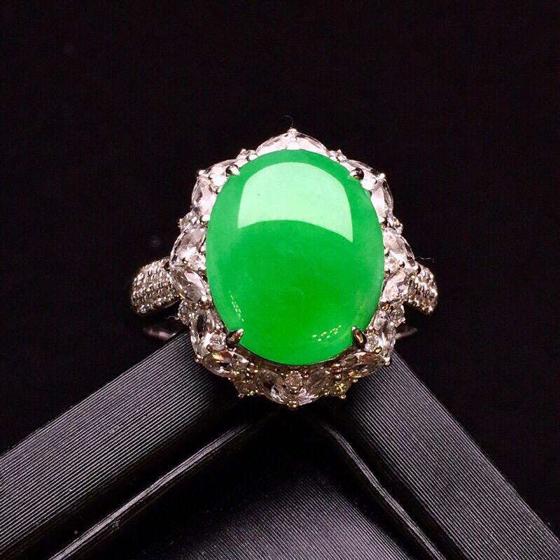 18k金钻镶嵌满绿蛋面戒指 质地圆润细腻 色泽艳丽清新 翠绿欲滴 高贵优雅时尚唯美种老起胶感 上手亮