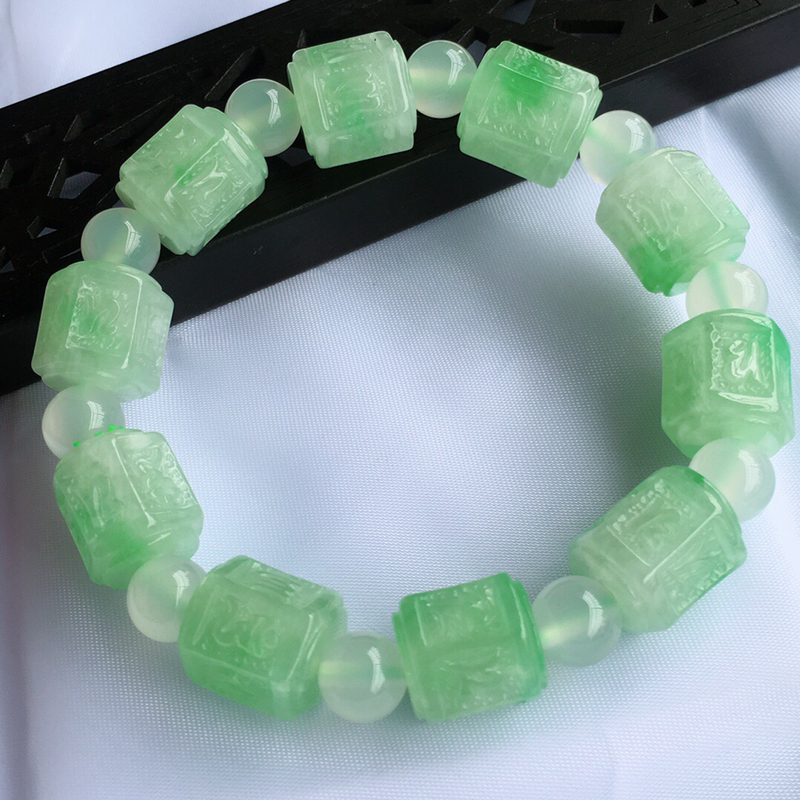天然缅甸老坑翡翠A货飘绿浮雕手链,料子细腻柔洁,尺寸13/11.5mm,重量45.39g,隔珠为普通