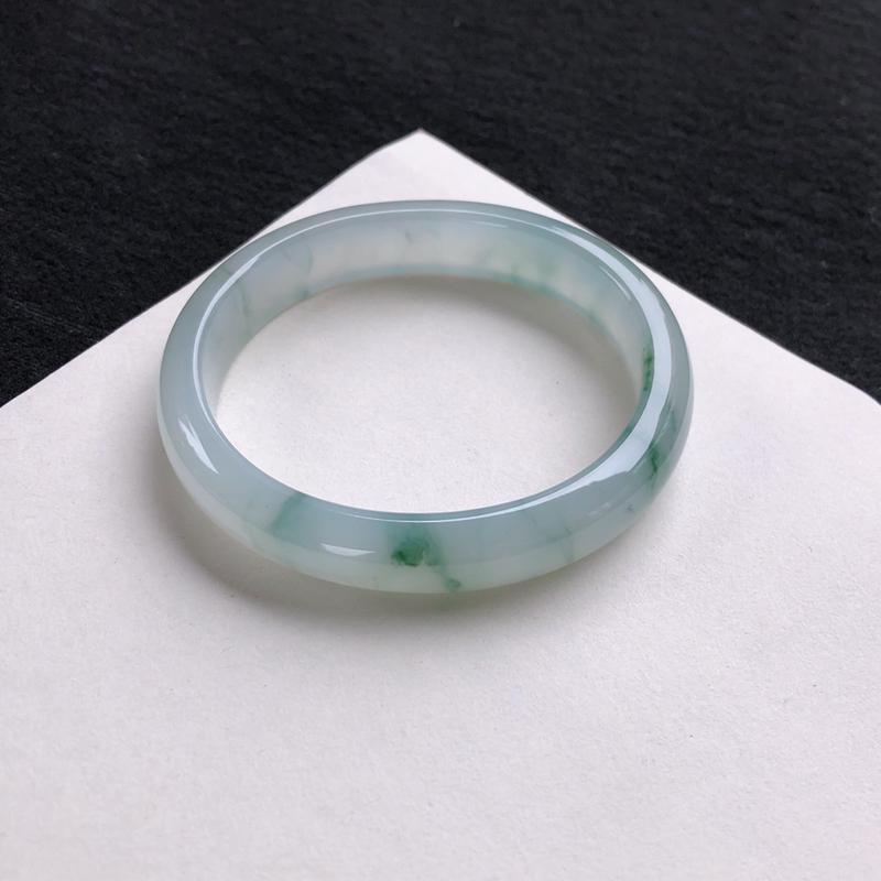 水润飘花贵妃手镯55.2mm质地细腻,种好水润,清秀高雅, 佩戴效果优雅迷人