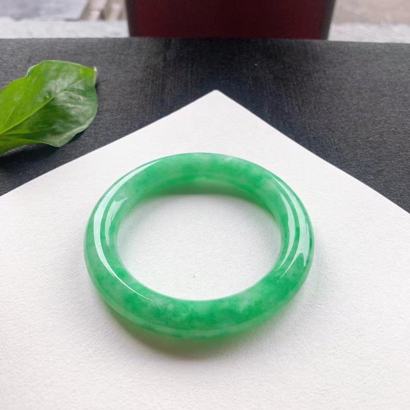 满绿圆条手镯,尺寸57*11*11.5 ,水润光泽,颜色鲜艳,明媚动人,艳丽醒目!