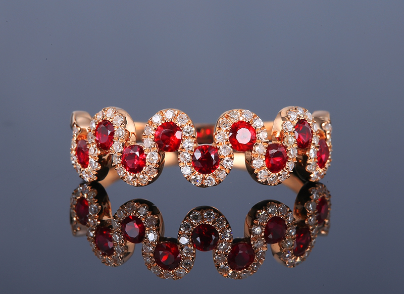 18k金镶红宝石戒指 宝石参数:0.55ct  配石:钻石63颗,总重2.03克,圈口:14号(可改