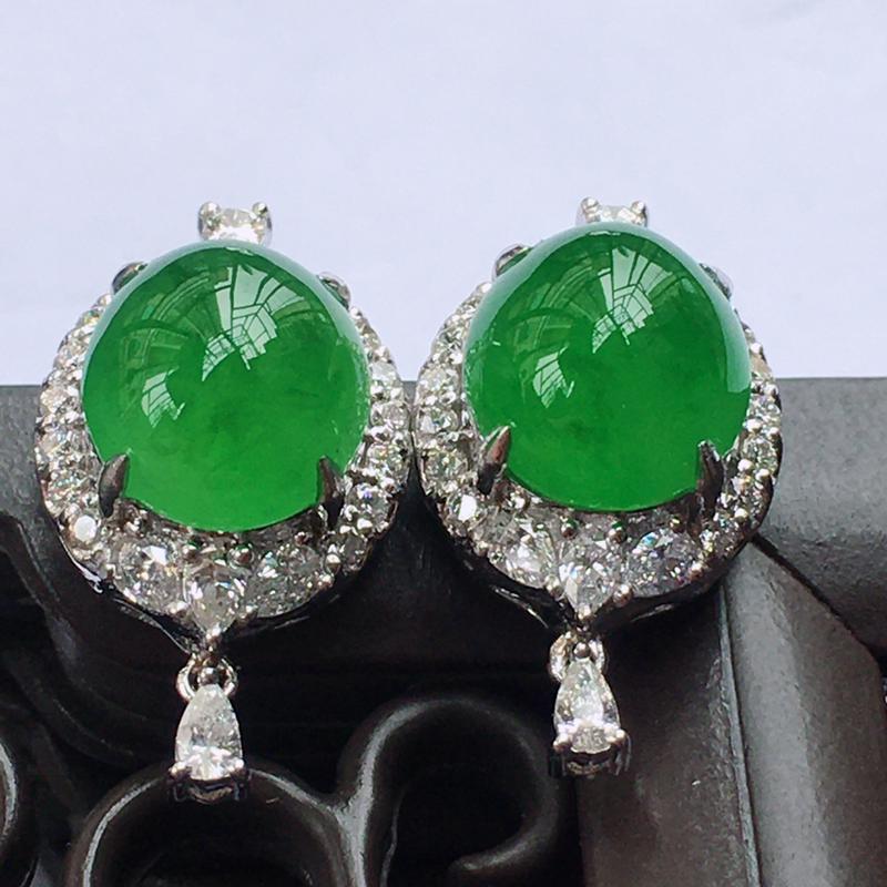 18K金伴钻豪镶翡翠满绿蛋面耳钉,种水好玉质细腻温润,颜色漂亮。裸石尺寸:9.5*8.3*4.8mm
