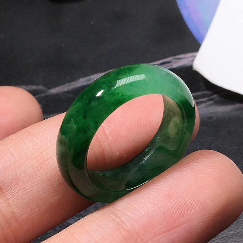 严选推荐老坑高糯冰种翠绿色戒指圈,老坑种水,颜色浓郁,冰感十足,起强玻璃光泽。高性价比,值得入