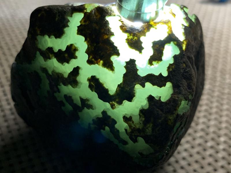 750克会卡料。【尺寸】 80*60*60mm 【产地】缅甸翡翠原石 【描述】打灯种水好,水头足,种老,喜欢的翠友速来竞拍