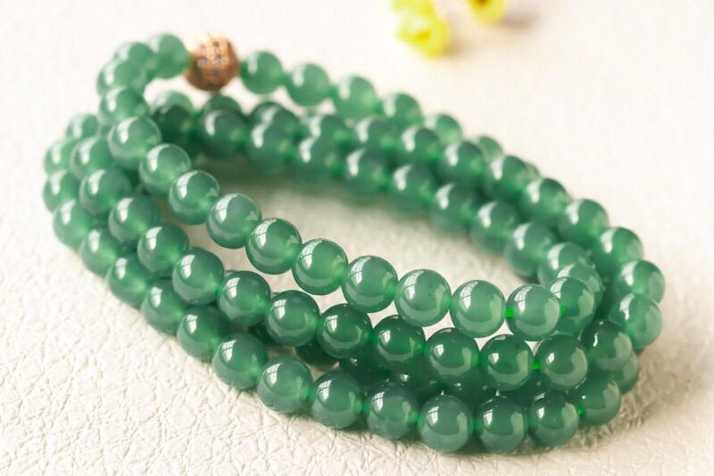 飘花圆珠链,玉质细腻,种水十足,色泽清爽,优雅大方,尺寸6.4,共108颗