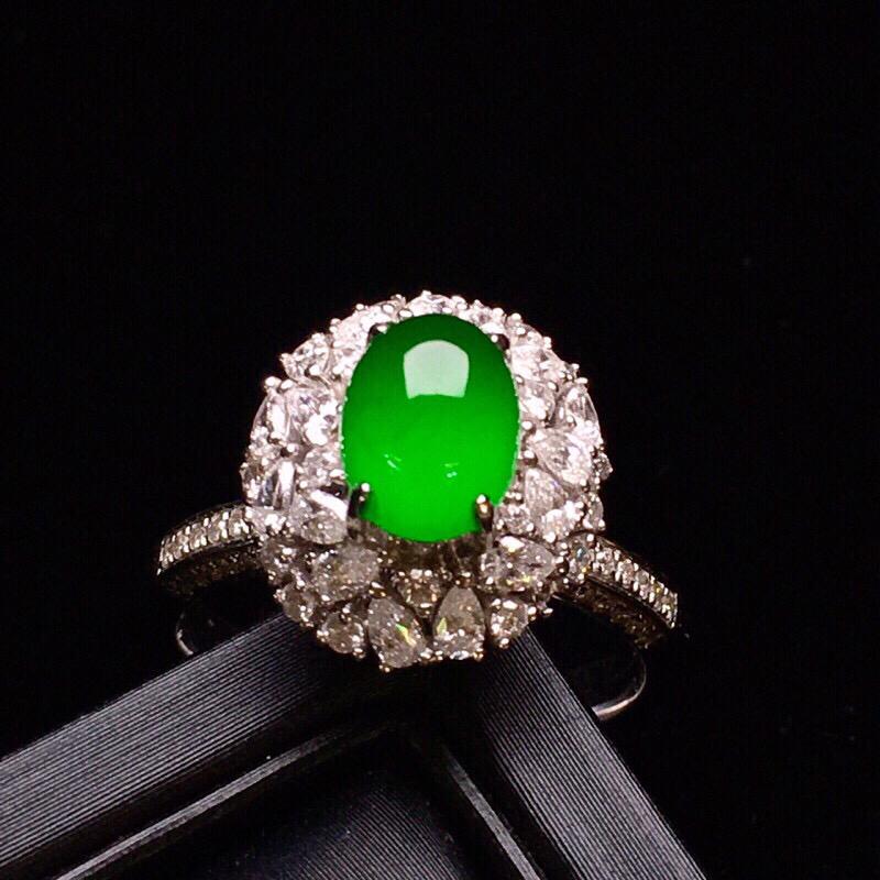 18K金钻豪华镶嵌阳绿蛋面戒指 玉质水润细腻 色泽艳丽 翠绿欲滴 如众星捧月感清新优雅款式高贵唯美