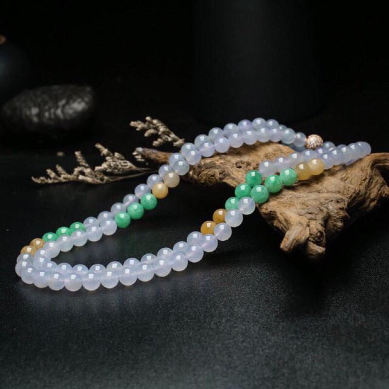 天然翡翠珠链,共108颗翡翠珠子,取其中一颗珠尺寸大约6.4mm,饱满圆润,色泽清新,靓丽秀气,佩