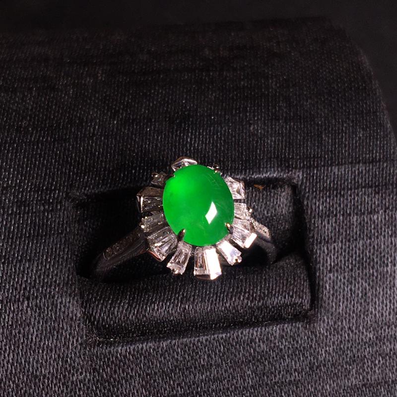 18k伴钻镶嵌高冰阳绿蛋面戒指,翠色浓郁,细腻冰透,种色俱佳,水色甜美,佩戴精致,裸石:8*6*4,