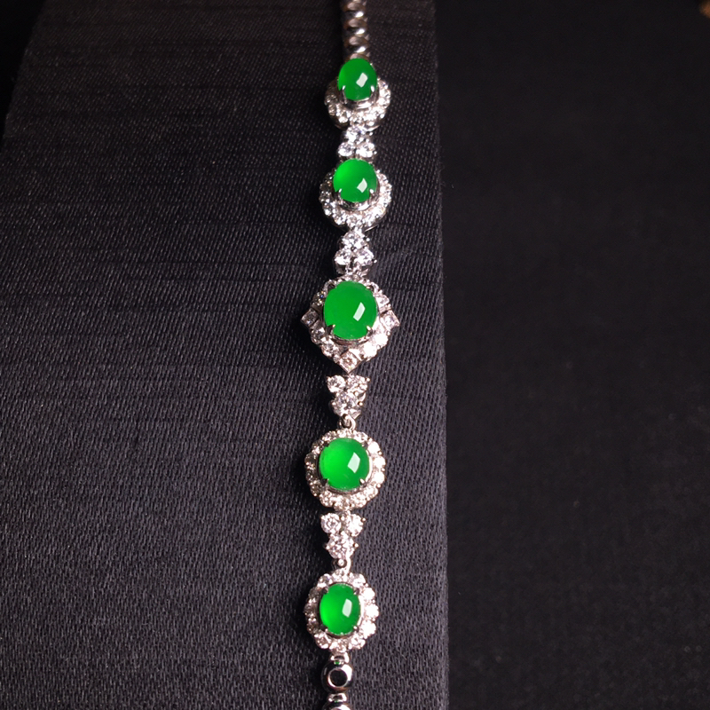 18k金满钻镶嵌阳绿蛋面手链,精致时尚,优雅大方,种好通透,翠色甜美,种色俱佳,裸石:5*4*3,整
