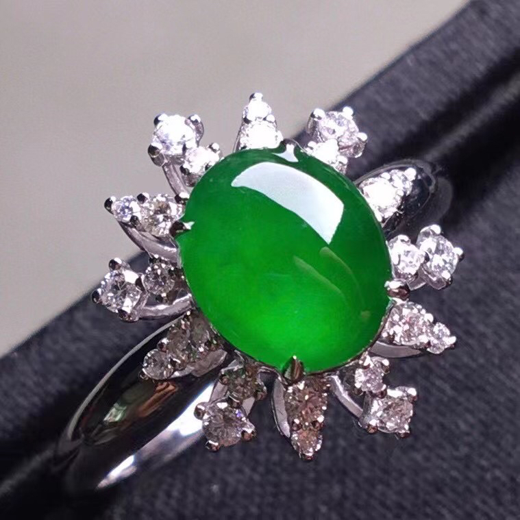 阳绿冰种蛋面戒指,真金真钻镶嵌,种水好,玉质细腻 .裸石尺寸 8.6*6.8*3.0