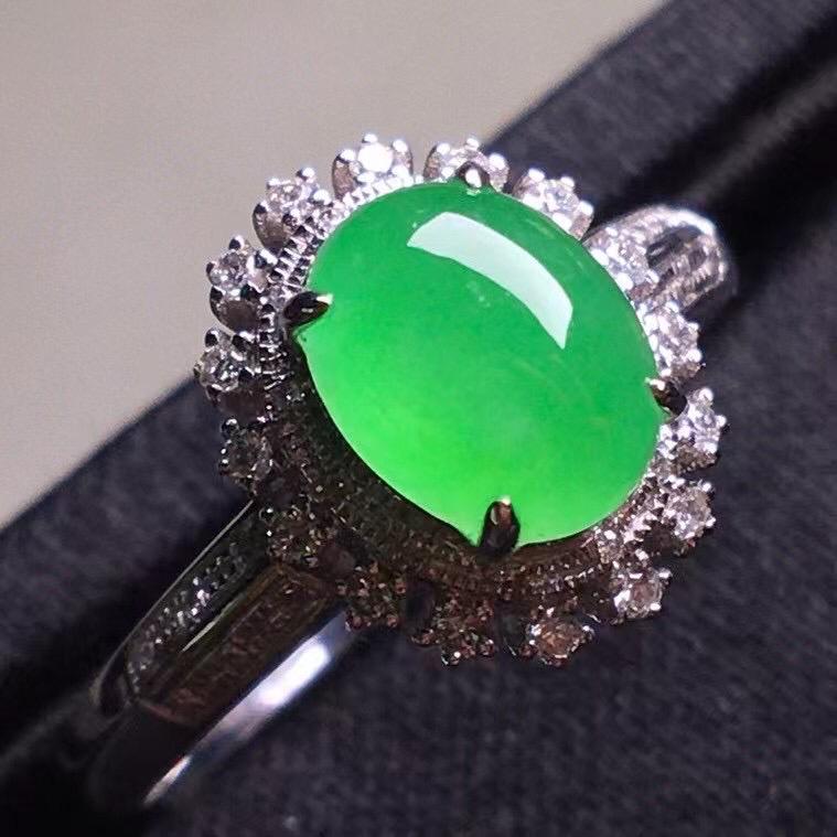 阳绿冰种蛋面戒指,真金真钻镶嵌,种水好,玉质细腻 .裸石尺寸 7.6*6.0*3.6