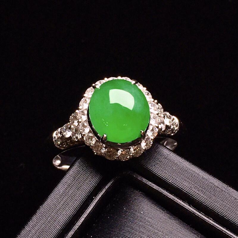 18K金钻精工镶嵌满绿蛋面戒指 圆润饱满 玉质细腻 色泽均匀艳丽 款式高贵优雅时尚 亮眼 圈口11整