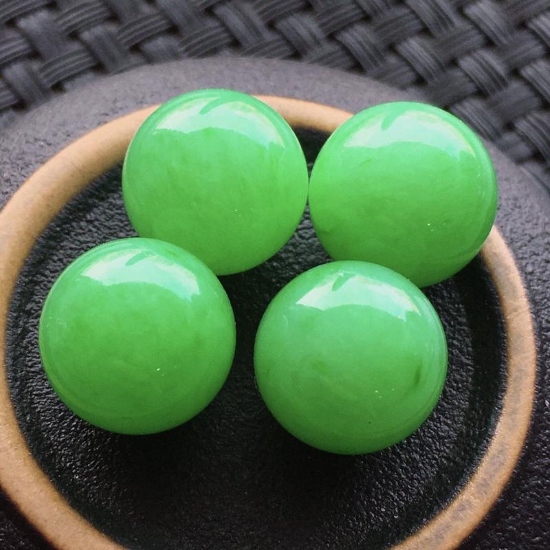 #自然光实拍# 满绿圆珠4个无孔 玉质细腻,种老起胶,种水好。尺寸:12毫米,11.6毫米