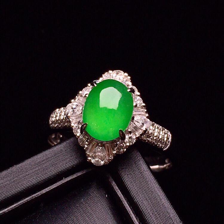 18K金钻精工镶嵌翠绿蛋面戒指 玉质水润细腻 色泽均匀艳丽 豪华镶嵌 款式高贵时尚 上手唯美亮眼 圈